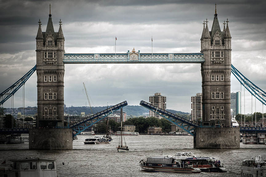 Tower Bridge sobre el río Támesis en Londres, Inglaterra